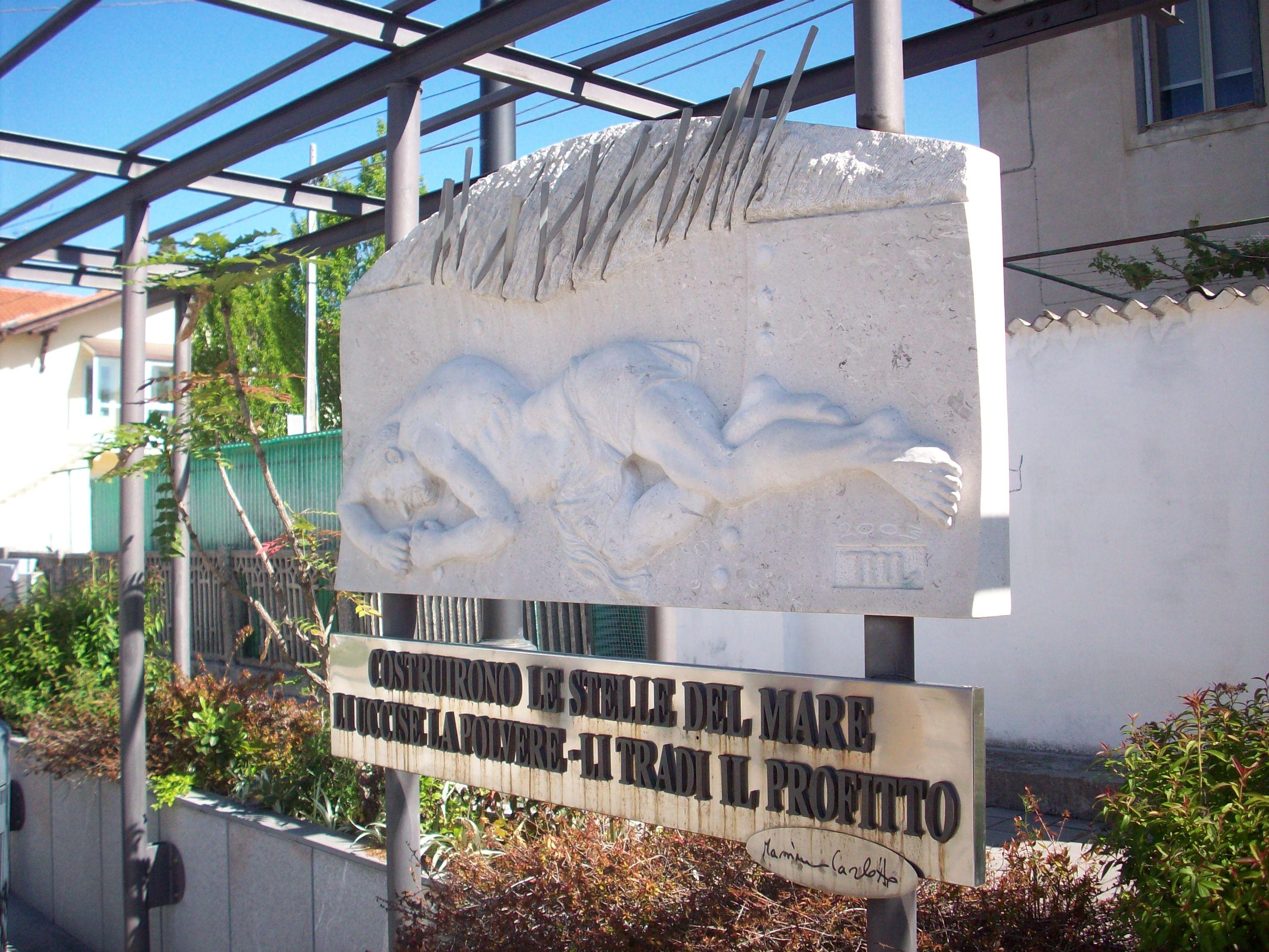 Il monumento dedicato alle vittime dell'amianto, piazzetta C. Colombo, Panzano (Monfalcone)